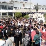 Wakil Bupati Jember Drs KH Abdul Muqit Arief didampingi japolres Jember saat menemui peserta aksi demo JFC. (foto : Moh. Ali Makrus / Jatim TIMES)