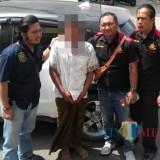 Pelaku Penggandaan Uang Baju Putih sat dibawa ke Polres Situbondo (Foto Heru Hartanto/Situbondo TIMES)