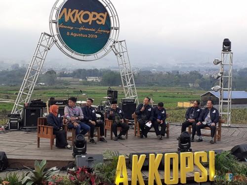 Suasana Talk Show sinergitas, Pariwisata dan Sanitasi di Amphitheater Cafe Sawah Pujon Kidul (Arifina Cahyanti Firdausi/MalangTIMES)