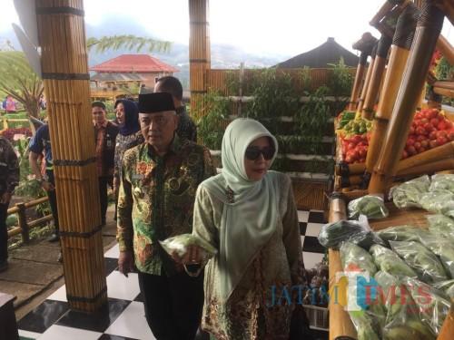 Plt Bupati Malang Sanusi (batik hijau kiri) bersama rombongan saat meninjau sayuran di kawasan Desa Wisata Pujon Kidul (Irsya Richa/MalangTIMES)