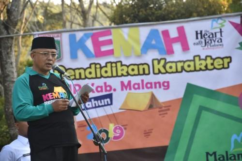Plt Bupati Malang Sanusi memberikan wejangan kepada 1.000 peserta kemah pendidikan karakter di Coban Rondo, Pujon, (Humas Kab Malang)