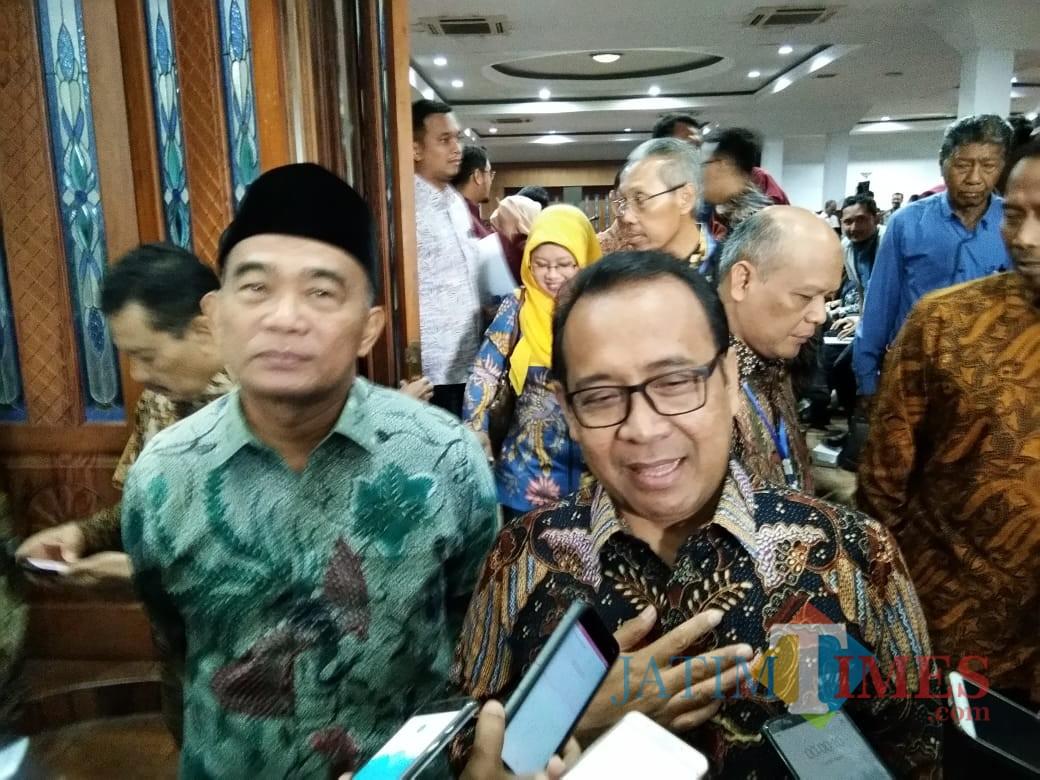 Menteri Sekretaris Negara RI Prof Dr Pratikno MSocSc saat diwawancara awak media. (Foto: Imarotul Izzah/MalangTIMES)