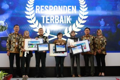Penyerahan award bagi responden terbaik oleh BI Malang. (Foto: Dokumen MalangTIMES)