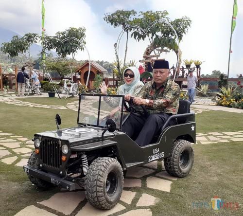 Plt Bupati Malang Sunasi (kanan) bersama istrinya saat menjajal mobil jeep mini di area The Road 78 Pujon Kidul (Arifina Cahyanti Firdausi/MalangTIMES)