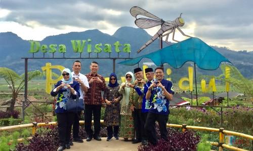 Wali Kota/Bupati saat swafoto di area Cafe Sawah,Desa Pujon Kidul, Kecamatan Pujon, Kabupaten Malang, Kamis (8/8/2019). (Foto: Irsya Richa/MalangTIMES)