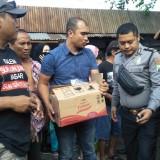 Petugas Polsek Banyuwangi mengevakuasi mayat bayi yang ditemukan di Pasar Blambangan