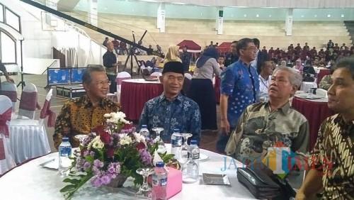 (urutan ke-2 dari kiri, batik biru) Mendikbud RI, Prof Dr Muhajir Effendy MAP. (Foto: Imarotul Izzah/MalangTIMES)