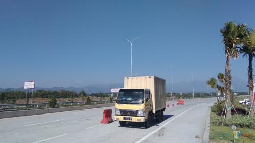 Kendaraan yang melintas di gerbang Singosari, Tol Malang-Pandaan. (Foto: Nurlayla Ratri/MalangTIMES)