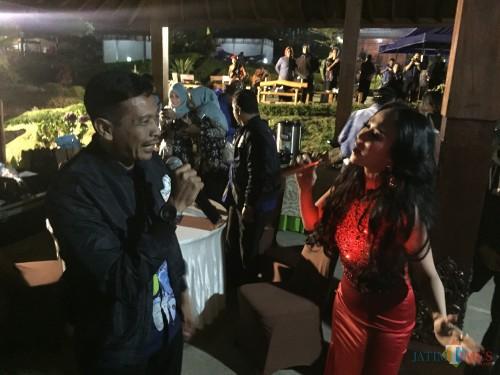 Bebizy bernyanyi bersamakepalaDPKPCK, Wahyu Hidayat,di Cafe Sawah, Desa Pujon Kidul, Kecamatan Pujon, Kabupaten Malang, Kamis (8/8/2019). (Foto: Irsya Richa/MalangTIMES)