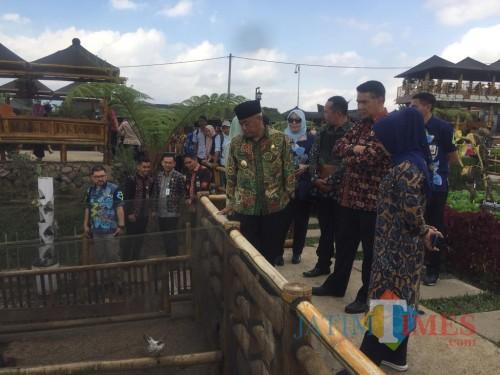 Plt Bupati Malang Sanusi (batik hijau) bersama rombongan saat meninjau kawasan Desa Wisata Pujon Kidul (Irsya Richa/MalangTIMES)
