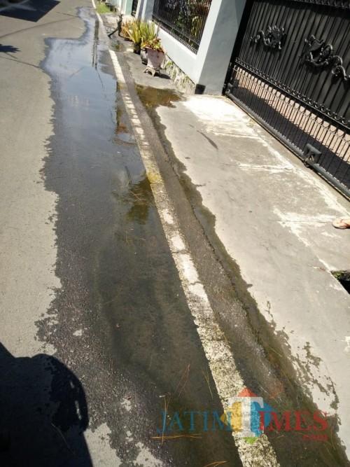 Kebocoran air Perumda Tirta Kanjuruhan di perum Karanglo Indah yang menurut warga telah berbulan-bulan terjadi tanpa ada penanganan (for MalangTIMES)