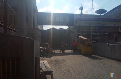 Suasana depan Kafe Triangle yang tampak masih sepi. (Anggara Sudiongko/MalangTIMES)