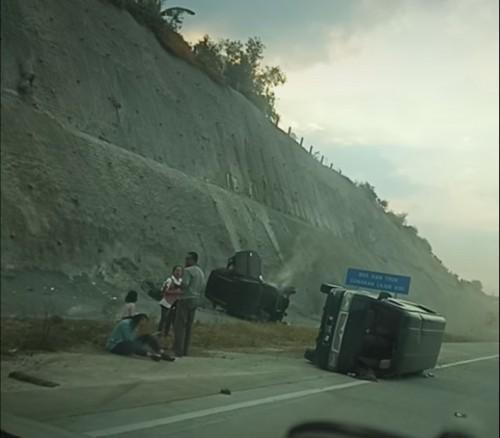 Kondisi kedua kendaraan sesaat setelah kecelakaan terjadi. (Foto : Istimewa)