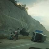 Dua Mobil Terguling akibat Kecelakaan di Tol Mapan