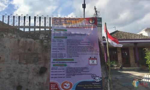 Banner pendaftaran calon kepala Desa Torongrejo, Kecamatan Junrejo. (Foto: Irsya Richa/MalangTIMES)