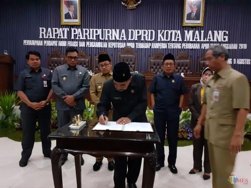Suasana proses pengesahan Ranperda Kota Malang Tentang Perubahan APBD TA 2019 dalam rapat paripurna di kantor DPRD Kota Malang (Arifina Cahyanti Firdausi/MalangTIMES)