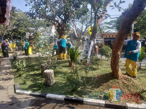 Petugas kebersihan saat mempercantik kantor DLH Kota Malang (Hendra Saputra)