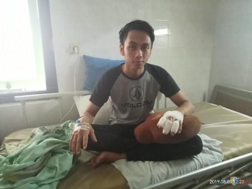Korban  penganiayaan saat dirawat di rumah sakit.  (Anggara Sudiongko/MalangTIMES)