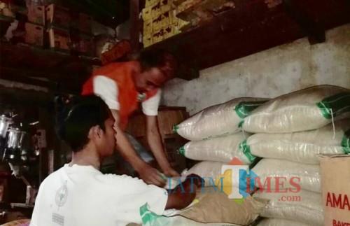 Beberapa orang saat menata beras di Pasar Besar Kota Batu. (Foto: Irsya Richa/MalangTIMES)