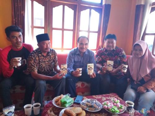 Rektor Unikama, Dr Pieter Sahertian (tengah) saat menunjukkan olahan Soemawe Coffee hasil olahan KKN Unikama (Anggara Sudiongko/MalangTIMES)