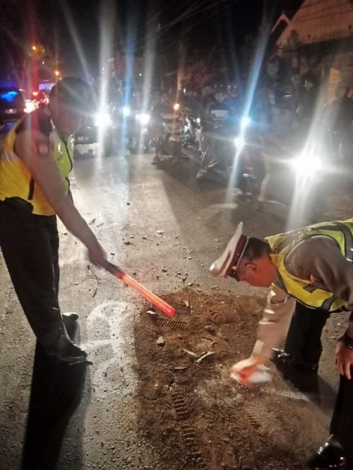 Petugas kepolisian saat melakukan olah TKP kecelakaan maut (Foto : Unit Laka Lantas Polres Malang for MalangTIMES)