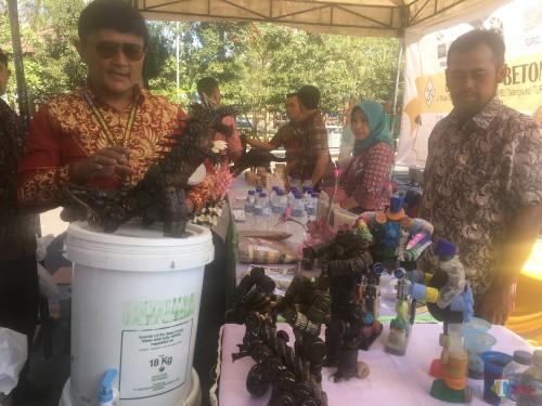 Konsultan Nasional-PID Kemendes PDTT, Lendy Wahyu Wibowo (kiri) saat mengunjungi stan inovasi desa yang ada di Kabupaten Malang (Foto : Ashaq Lupito / MalangTIMES)