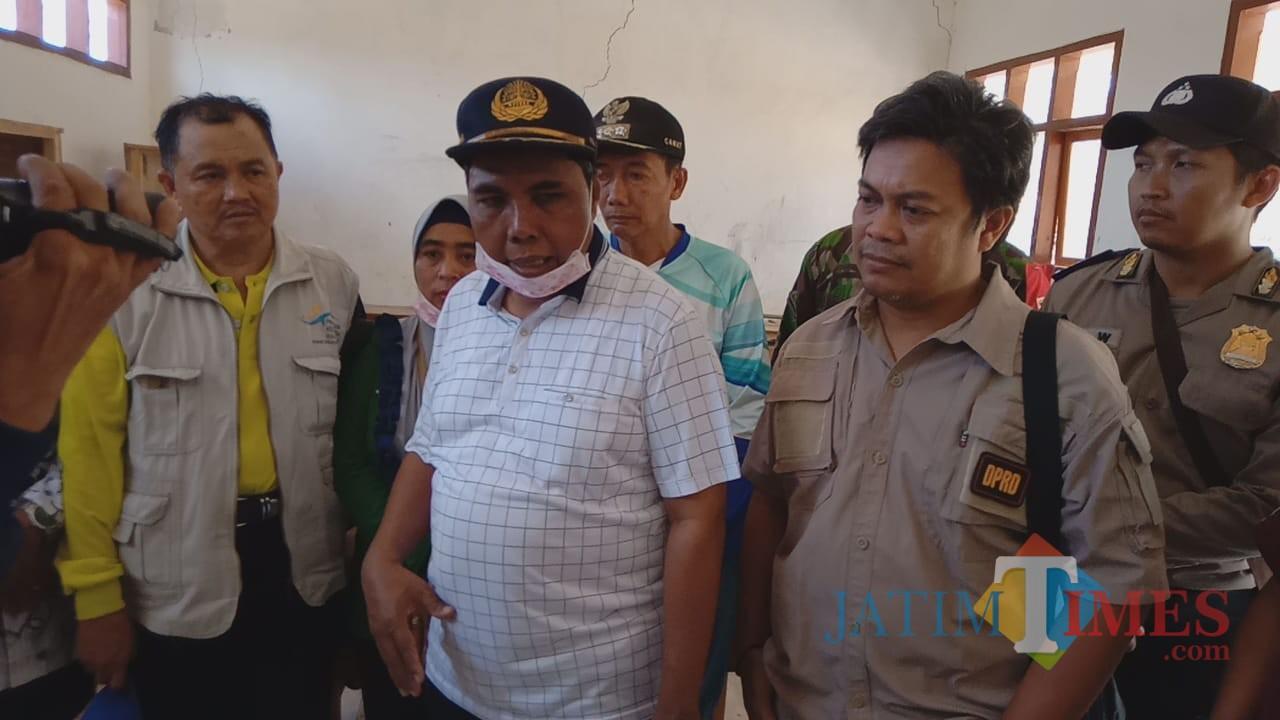 Kdispendikbud didampingi Ketua Komisi IV DPRD Situbondo saat tinjau SDN Filial 8 Desa Curah Tatal (Foto Sony Haryono/Situbondo TIMES)