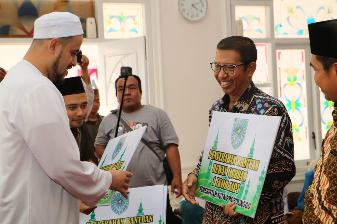 Wali Kota  Probolinggo, Hadi Zainal Abidin saat menyerahkan bantuan hewan korban di rumah dinas  (Agus Salam/Jatim TIMES)