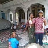 Warga Karangsono bagikan daging kurban dengan tusuk bambu.(Foto : Ist/Citizen Journalism)