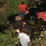Reemaja yang buang dompet ke Kali Banger bersama temannya mencari dompetnya di dalam  sungai   (Agus Salam/Jatim TIMES)