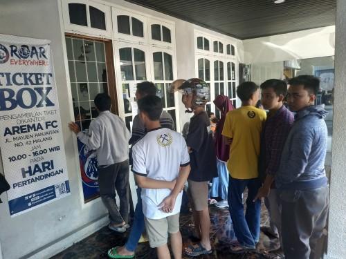 Aremania saat membeli tiket di Kandang Singa (Hendra Saputra)
