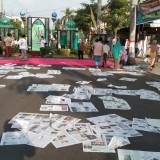 lembaran koran bertebaran di halaman dan jalanan selepas sholat Id (foto : Joko Pramono/Jatim Times)