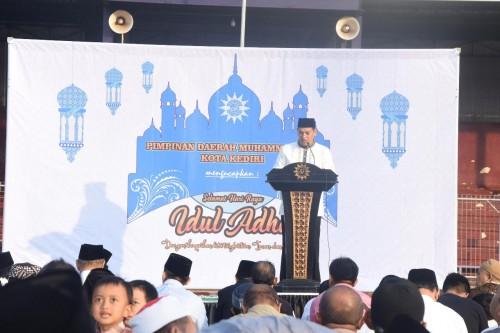 Wali Kota Kediri Abdullah Abu Bakar memberikan sambutan saat salat Idul Adha.