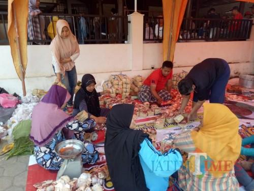 Kurangi Sampah Plastik, Kampung Wolu Merjosari Pakai Besek Bagi Daging Kurban