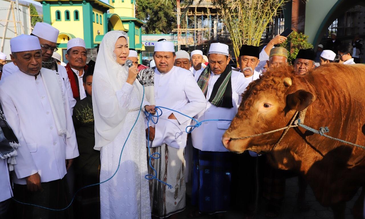 Wali Kota Batu Dewanti Rumpoko saat menyerahkan sapi limosin di masjid An-Nur. (Foto: istimewa)