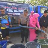 Polres Blitar dan BPBD menyalurkan bantuan air bersih ke daerah kekeringan.