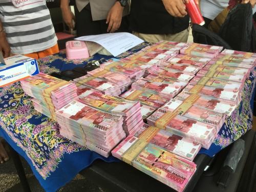 Ilustrasi uang hasil penggelapan yang dialami Tirtasani Royal Resort (Foto : Ashaq Lupito / MalangTIMES)