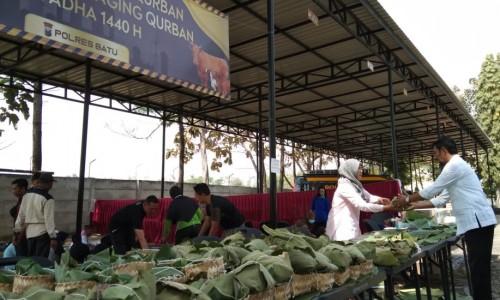 Hasil penyembelihan daging kurban yang sudah dibungkus denagn daun jati dan besek di Polres Batu, Minggu (10/8/2019). (Foto: Irsya Richa/MalangTIMES)