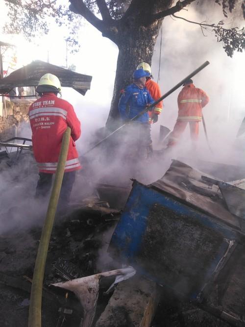 Petugas pemadam kebakaran saat berupaya memadamkan api (Foto : PPBK Kabupaten Malang for MalangTIMES)