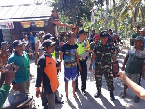 Tersangka Imam Sapi'i (baju hitam celana biru) saat diciduk polisi (Foto : Polsek Donomulyo for MalangTIMES)