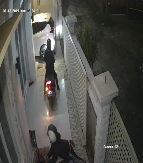 Aksi maling motor yang terekam CCTV.(Foto: Video capture rekaman CCTV)