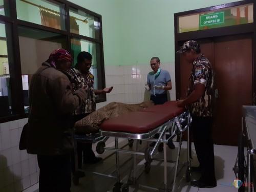 Beberapa sahabat Budi Ayuga saat mendokan jenazah di Kamar Jenazah RSSA Kota Malang (Arifina Cahyanti Firdausi/MalangTIMES)