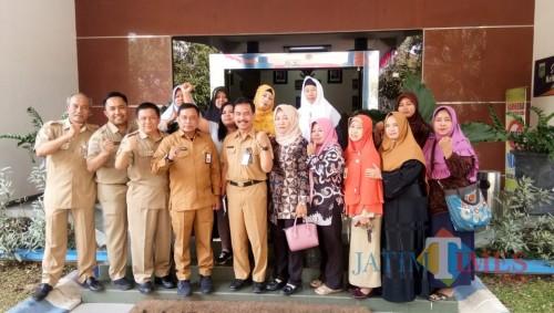 Kadisnaker Kabupaten Malang Yoyok Wardoyo (4 dari kiri) setelah rapat terkait inovasi pemberdayaan PMI purna (Disnaker for MalangTIMES)