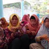 Ciptakan Peluang Kreativitas, KKN 101 UMM Latih Warga Wonoagung Kerajinan Rajut