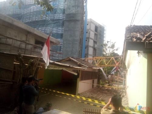 Patahan Crane milik PT. Hutama Karya yang menimpa rumah warga di kampus Universitas Negeri Jember (foto : Moh. Ali Makrus / Jatim TIMES)