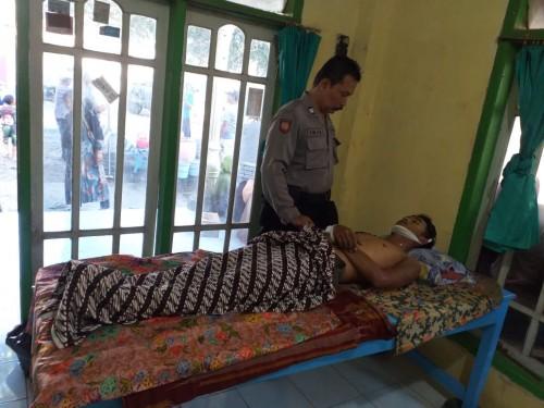 Polisi saat melakukan olah TKP dan jasad korban (foto : R Ulum / JatimTIMES)