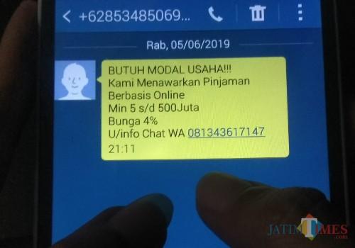 Ilustrasi SMS berisi tawaran pinjaman online.  (Foto: Nurlayla Ratri/MalangTIMES)