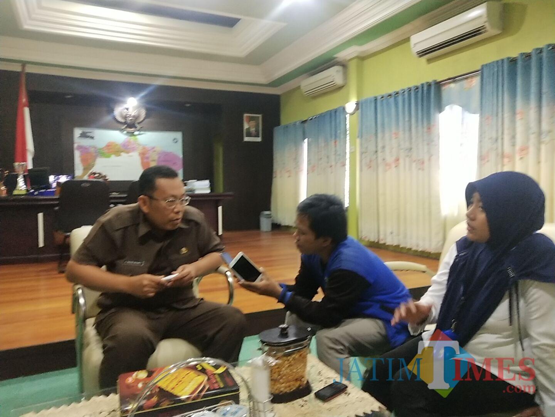 Bupati Situbondo saat dimintai komentar wartawan tentang sangsi KS SDN 08 Curah Tatal (Foto : Sony Haryono / SitubondoTIMES)