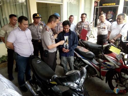 Mansyur saat menerima kontak sepeda motornya dari Kapolres Jember (foto : Moh. Ali Makrus / JatimTIMES)