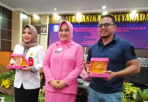 Dari kiri, Dr Inge Satyo Aryanto Founder Perempuan Sadar Vagina (PSV), Susi Asfuri, Ketua Bhayangkari Cabang Malang, Bagus Setiawan co founder PSV (Anggara Sudiongko/MalangTIMES)